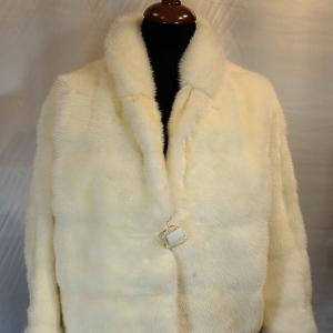 jacheta alba din nurca
